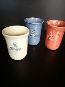 Diese Becher und Tassen sind auch in anderen Farben bestellbar. Von 0,2 bis 0,6 Liter sind verschiedene Größen möglich. Gerne auch mit anderen Stempel Symbol wie z.b. die Blume des Lebens